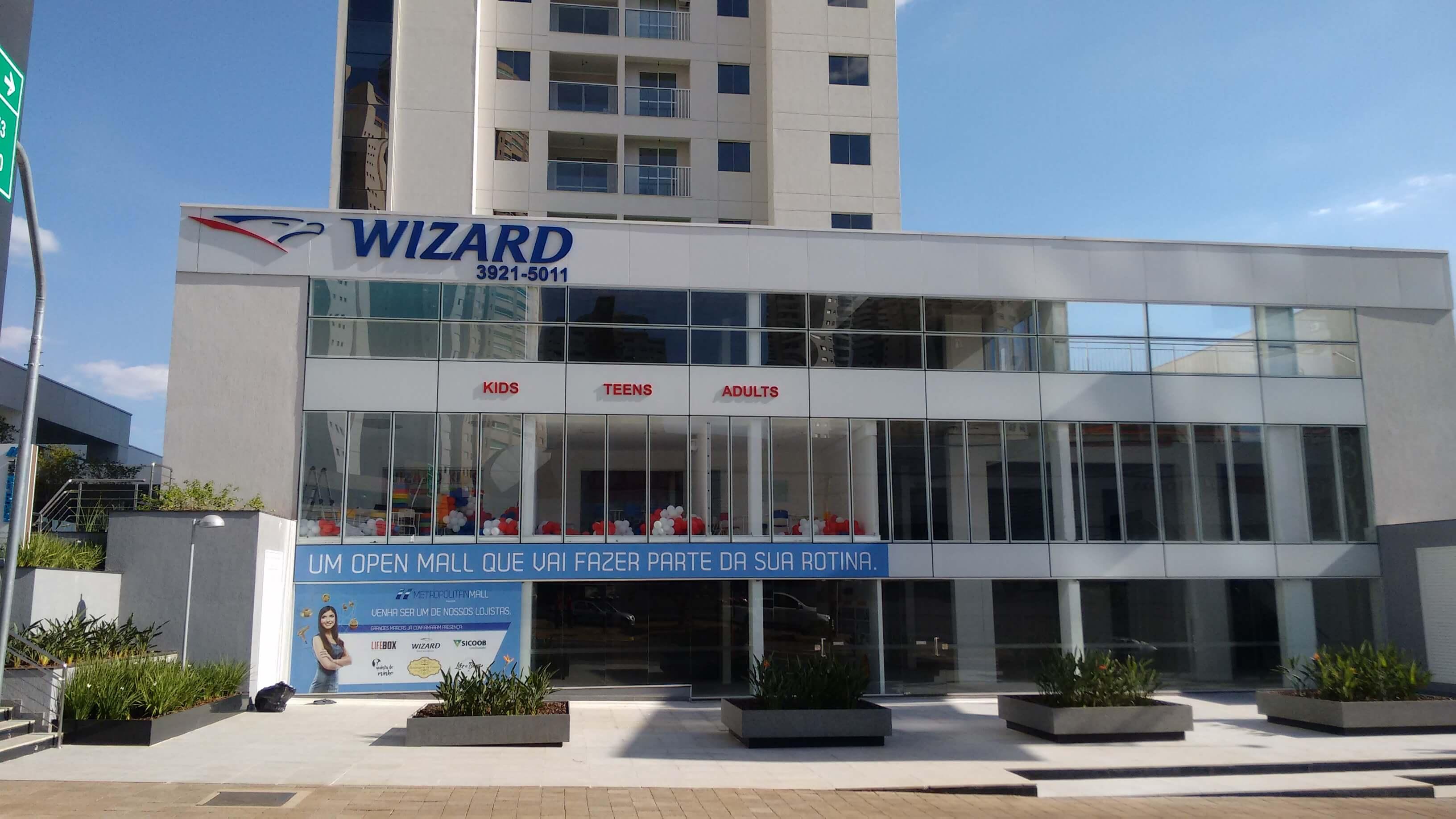 Imagem do serviço da fachada comercial escola Wizard